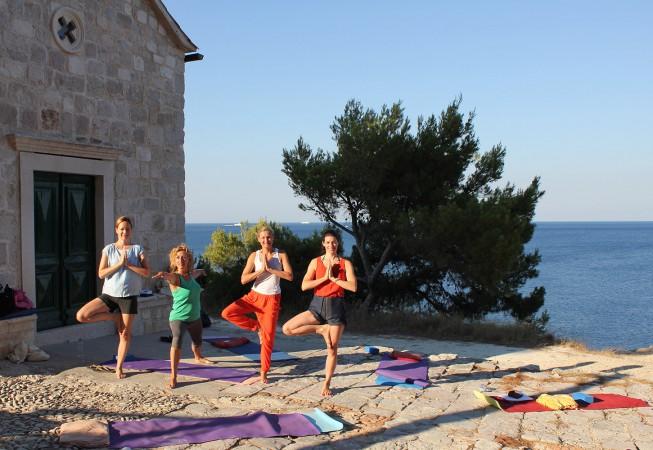 Yoga in Zarace vor einer Kirche