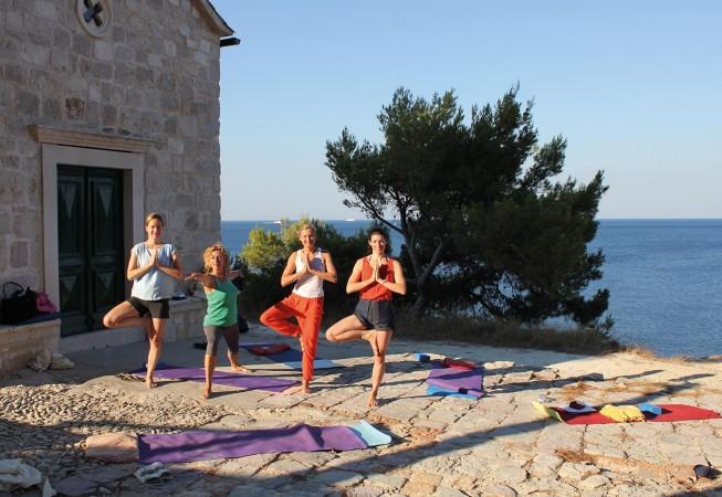 Yoga Urlaube in Kroatien: Yoga morgens an einer besonderen Location