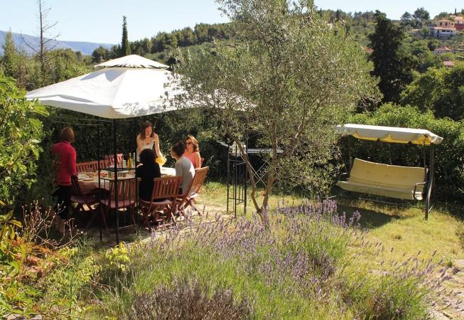 Yoga Urlaube in Kroatien: Frühstück im Garten